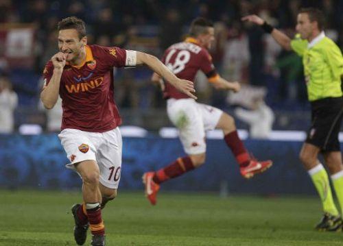 2012/13, Totti festeggia con il pollice in bocca l'ennesimo gol nel derby Roma-Lazio
