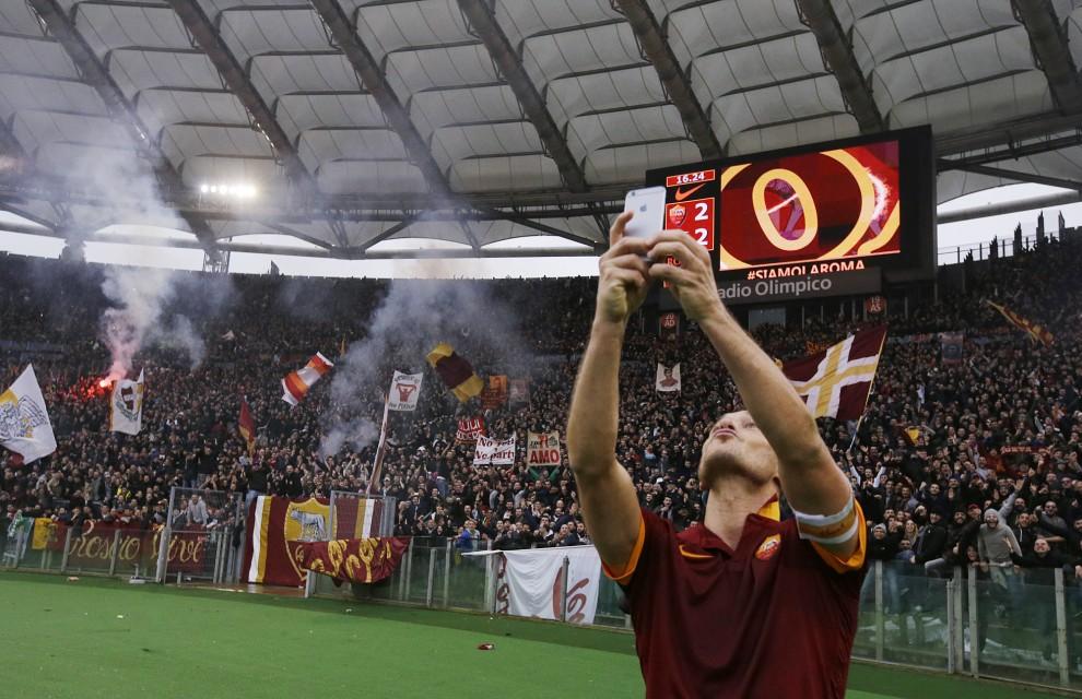 2014/15 Roma-Lazio, Totti festeggia con un selfie sotto la Curva Sud