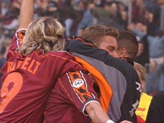 Bartelt abbraccia Totti