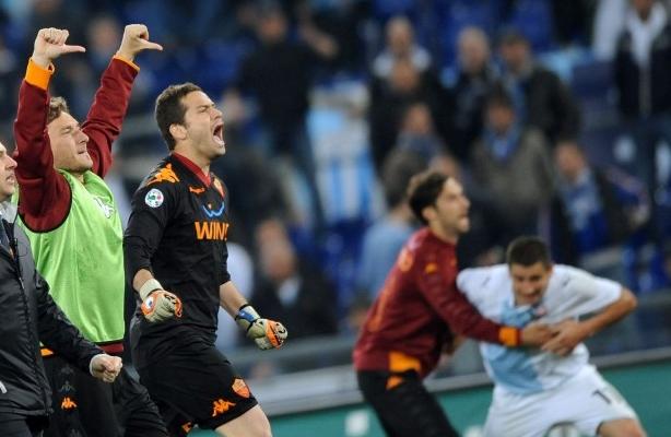 Pollice verso di Totti nel derby lazio-Roma 1-2